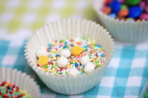Zuckerperlen und Zuckerstreuseln in Papiermanschetten