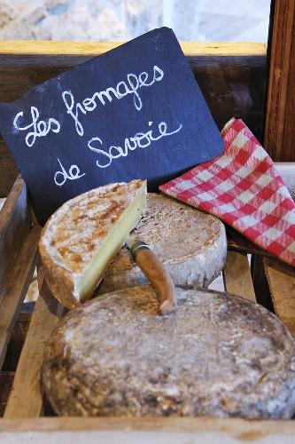 Französischer Käse und beschriftetes Schild