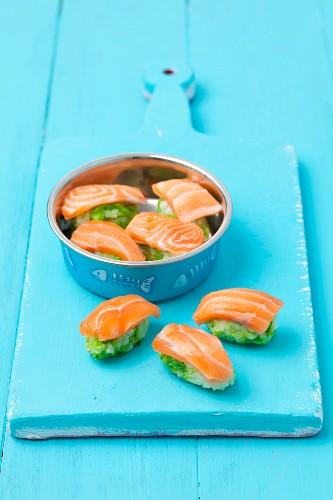 Lachs-Sushi für Katzen mit Reis und Erbsen