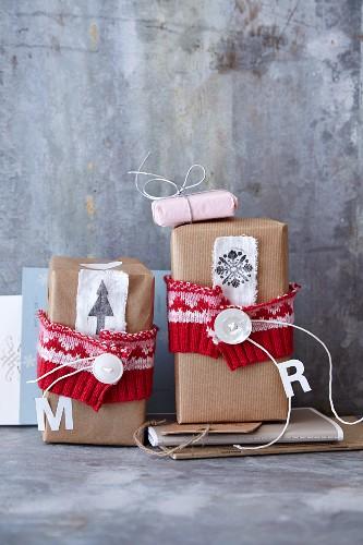 Brownies in selbstgemachter Weihnachtsverpackung zum Verschenken
