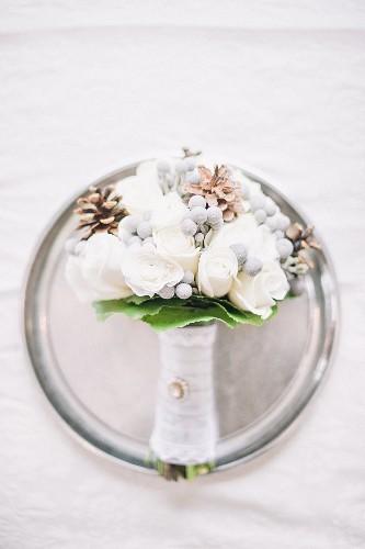 Brautstrauss auf Silberteller