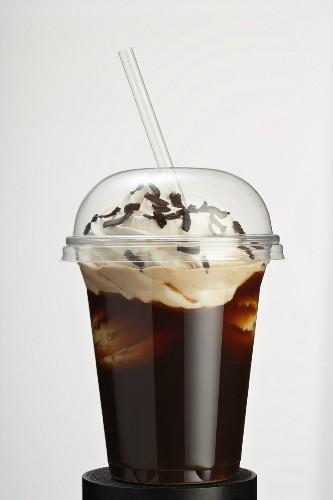 Eiskaffee mit Sahne und Schokraspeln zum Mitnehmen
