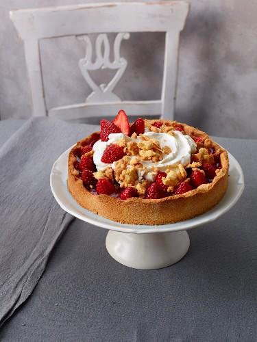Strawberry crumble cake with cream