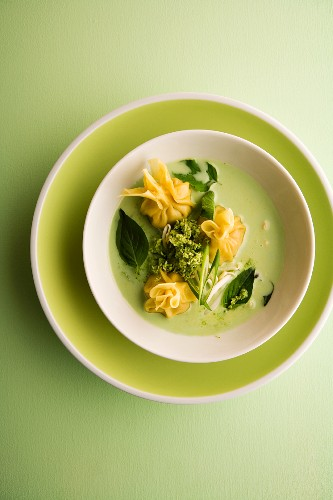 Corn-fed chicken wontons and basil and coconut soup (Asia)
