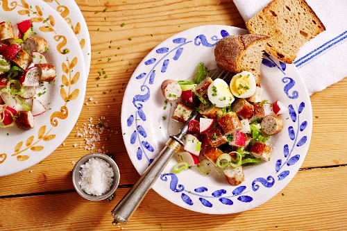 Nuremberg sausage salad with radishes and egg