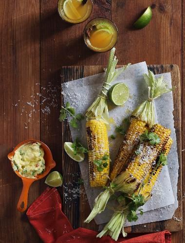 Gegrillte Maiskolben mit Koriander, Parmesan, Chili und Knoblauchbutter
