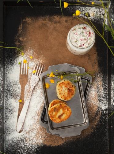 Ziegenkäse-Pancakes dazu Radieschendip mit Wildkräutern