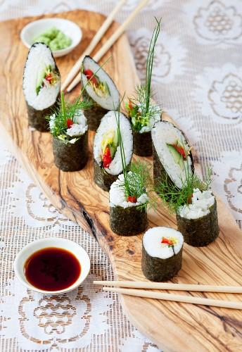 Maki Sushi mit Gemüse und Kräutern