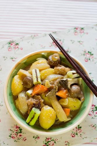 Nikujaga (Schmorgericht mit Rindfleisch, Huhn & Gemüse, Japan)