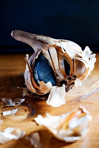 Schwarzer Knoblauch auf Holztisch