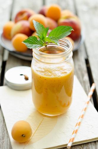 Pfirsich-Aprikosensmoothie im Glas