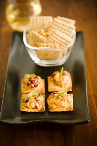 Crackers as an aperitif, with and without toppings