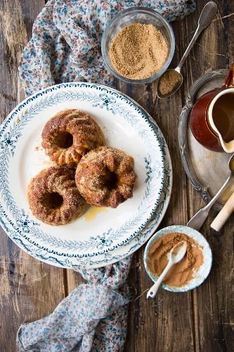 Mini Bundt cakes with cinnamon, brown sugar and cider