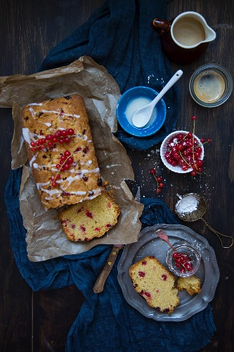 Madeira cake with red currants