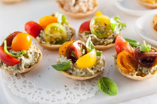 Cream cheese and pesto tartlets with tomato and basil