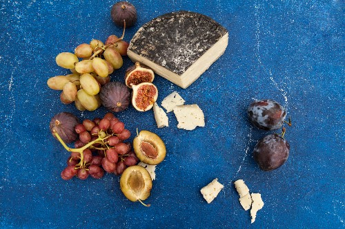 Goat's cheese in cinders with plums, grapes and figs