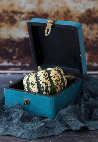 Acorn squash in a wooden box