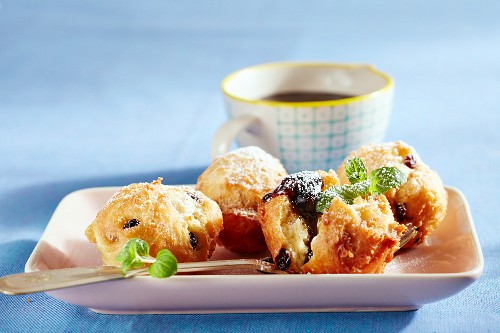 Schwemmertjes – doughnuts with currants and sugar syrup (Northern Germany)
