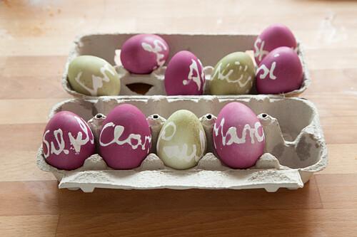 Gefärbte Ostereier mit verschiedenen Namen