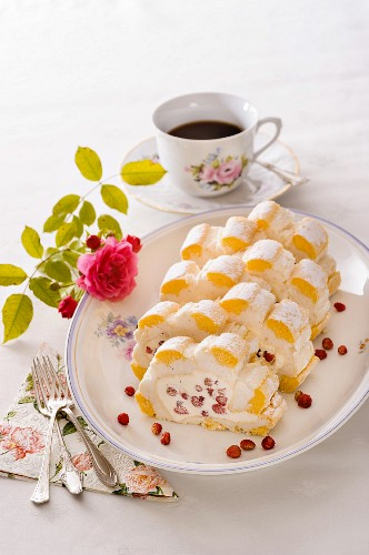 Cardinal roulade with forest fruits