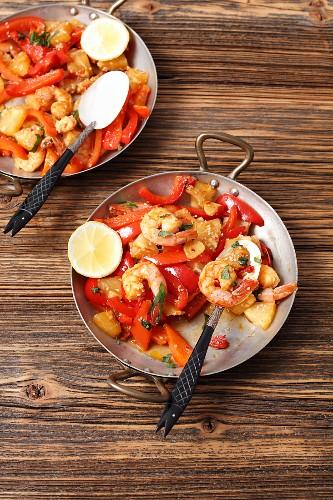 Gebratene Garnelen mit Paprika, Knoblauch und Ananas