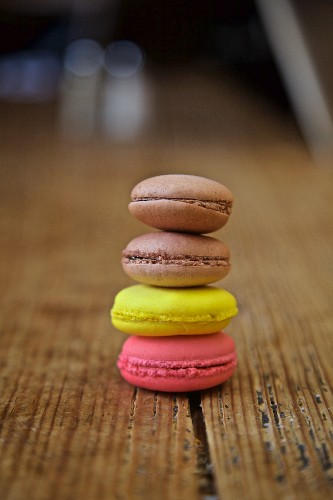 Gestapelte Macarons auf Holztisch