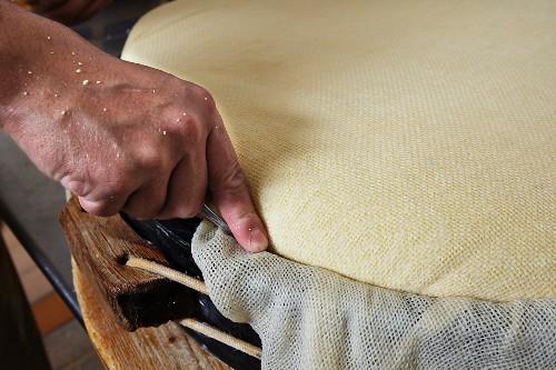 Herstellung von Bergkäse auf einer Almsennerei in Tirol