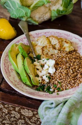 Warmer Dinkelsalat mit Avocado, Blumenkohl und Fetakäse