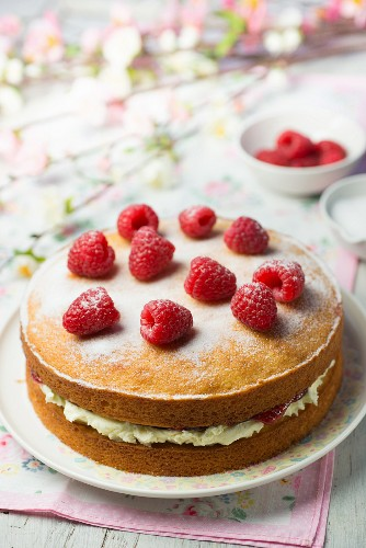 Victoria Sandwich Cake with raspberries