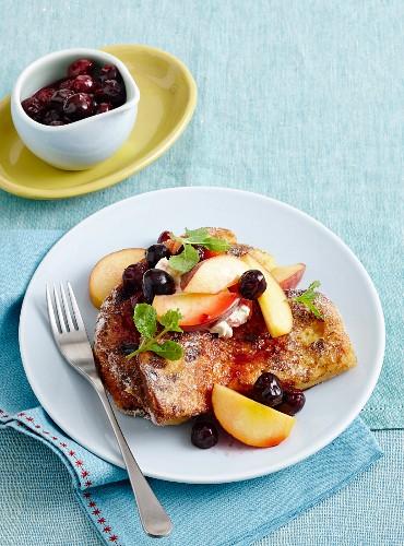 Panettone-French-Toast mit Pfirsichen, Kirschen und Mascarpone