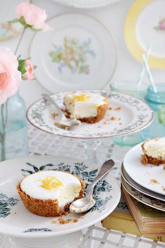 Angegessene Cheesecake-Törtchen