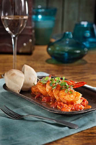 Prawns with tomatoes and American biscuit