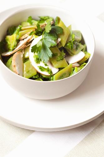 Bohnensalat aus flachen grünen Bohnen mit Pilzen und Petersilie