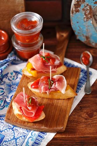 Baguette mit Serranoschinken, gegrilltem Paprika und Tomatensalsa