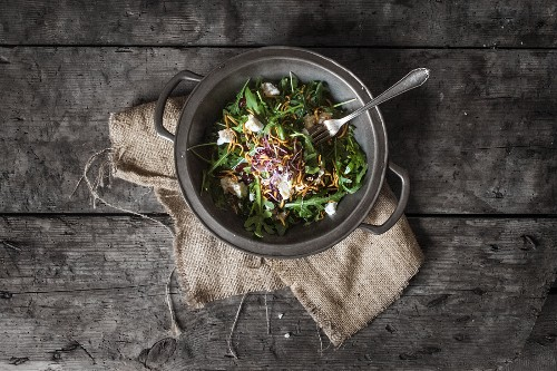 Rocket salad with goat's cheese and crispy meal worms