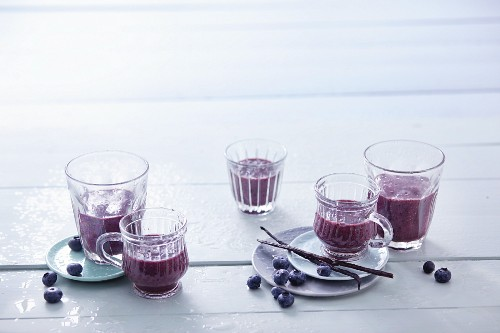 Banana and blueberry smoothies with dates and vanilla