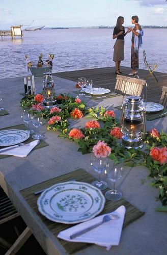Festlich gedeckter Tisch am Meer