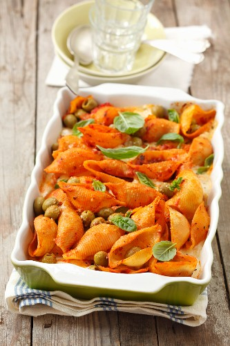 A pasta bake with tomato sauce, mozzarella and olives
