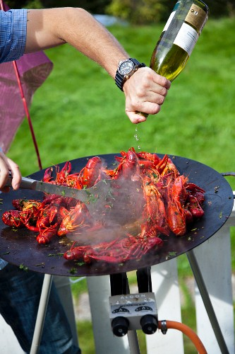 Preparing barbecue crayfish (Swedish)