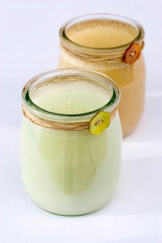 Karamell-Milch-Creme & Pistazien-Milch-Creme in zwei Gläsern