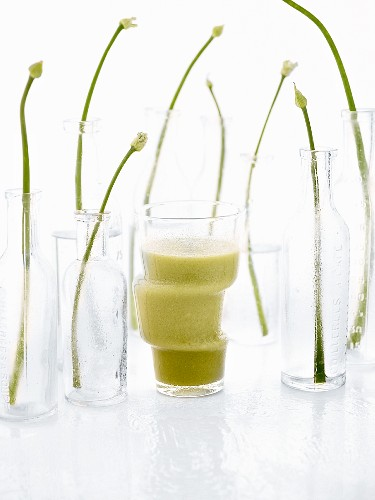 Pea-apple smoothie and flowering chives