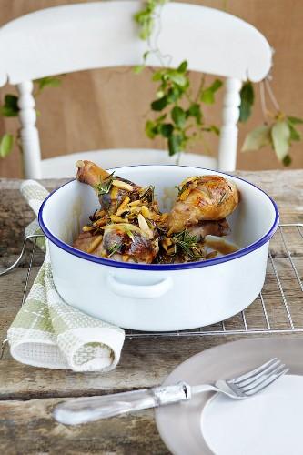 Schmorhähnchen mit Pflaumen, Mandeln und Rosmarin, glasiert mit einer Honig-Orangen-Glasur
