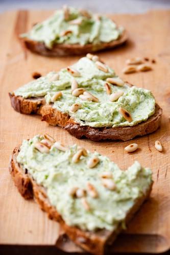 Brote mit Bärlauchaufstrich & Pinienkernen