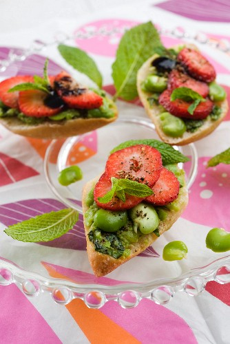 Toast topped with broad beans and strawberries