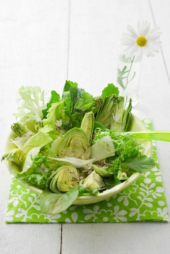 Mixed leaf salad with artichokes and Parmesan