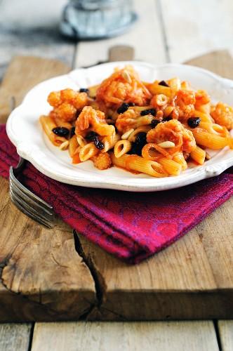 Penne pasta with cauliflower, raisins and onions
