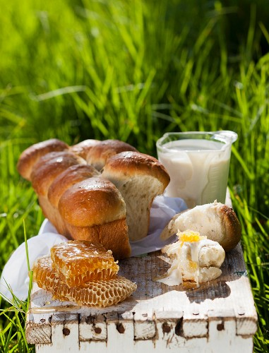 Brioche with clotted cream and honeycombs