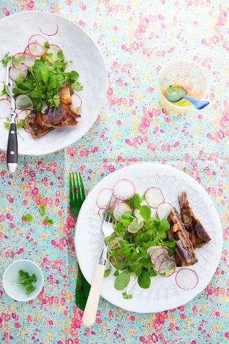 Feldsalat mit Radieschen und ein Stück Gemüsetarte