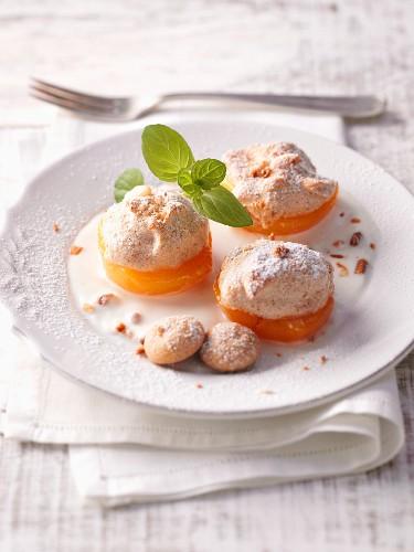 Apricots au gratin with amaretto meringue