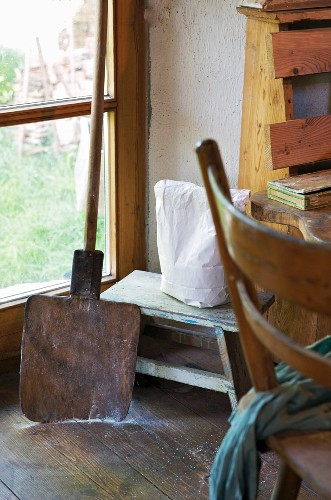 Holzschaufel & Holzbänkchen in Küchenecke